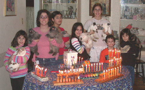 chanukkah_2002_kids_bunnies.jpg (374429 bytes)